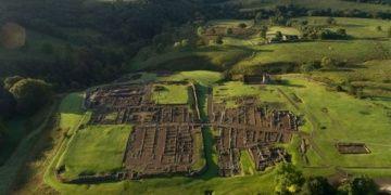 İngilterede 2 bin yıllık köpek tüyü ve ördek şekilli broş bulundu