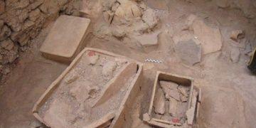 Santorini arkeoloji kazılarında Ritüel Alanları ve urne mezarlar bulundu