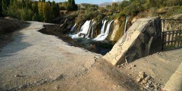 Muradiye Şelalesini izlemek için sit alanına beton döküldü