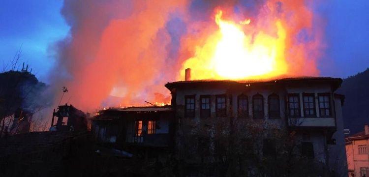 Taraklı'da çıkan yangın 3 tarihi evi kül etti