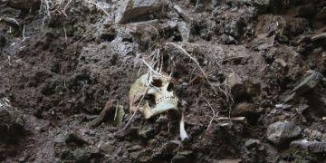 İzmitte toprak kayınca, bir evin temelindeki tarihi mezar ortaya çıktı