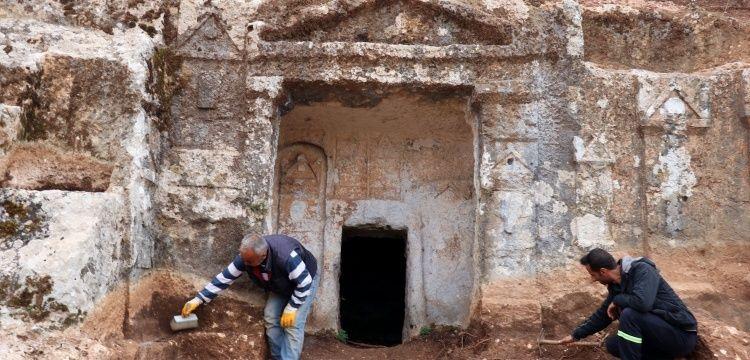 Gelinler Dağı'ndaki kaya mezarlarında ruhu şad olsun yazıları keşfedildi