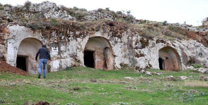 Hatay Altınözü Gelinler Dağı Nekropolündeki Roma dönemi kaya mezarları
