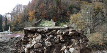 Yıllara meydan okuyan tarihi köprüye yol çalışmasında hasar verildi