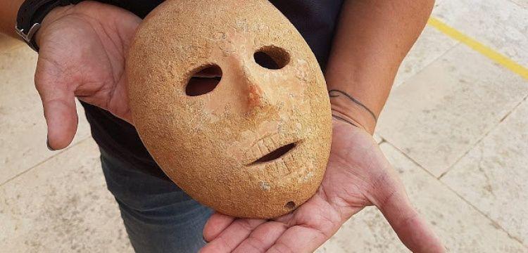 Batı Şeria'daki El Halil kentinde 9 bin yıllık taş maske bulundu