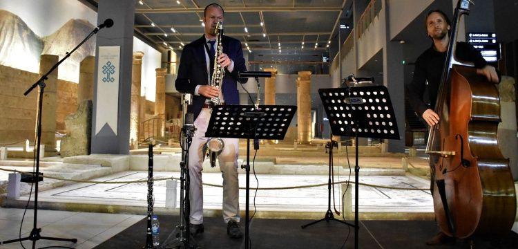 Çingene Kızına Hollanda Kraliyeti ve Müzede Caz Derneği konser verdi