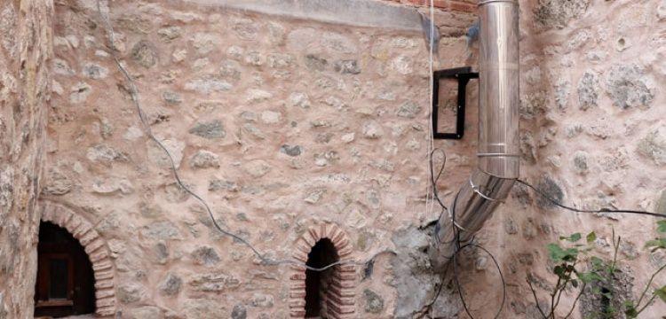 Bolu'daki 268 yıllık tarihi hanın duvarı boru döşemek için delindi