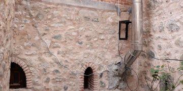 Boludaki 268 yıllık tarihi hanın duvarı boru döşemek için delindi