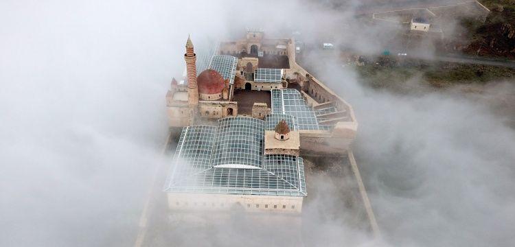İshak Paşa Sarayı sisler içindeki görüntüsüyle büyülüyor