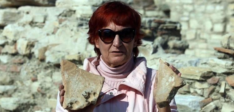 Kuşadası'ndaki 8 yüzyıllık kiremitlerde pati izlerine rastlandı