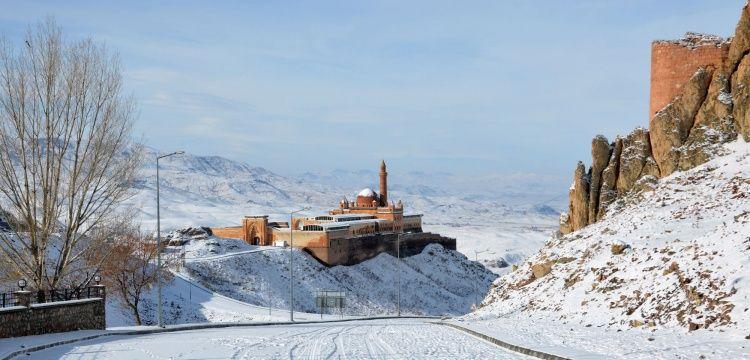 İshak Paşa Sarayı kardan gelinliğini giydi