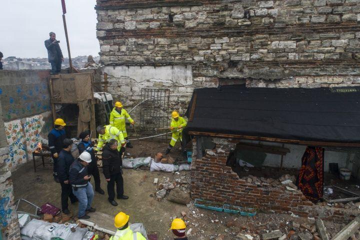 Tarihi Sağır Han'ın üstündeki 2 kaçak yapı yıkıldı