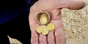 İsrailde içinde Abbasi dönemi altın sikkeleri olan kumbara bulundu