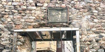 Kafese konulan kitabe hâlâ İstanbul Arkeoloji Müzesine taşınmadı
