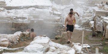 İki bin yıllık hamamda eksi 6 derecede yüzme keyfi yaşadılar