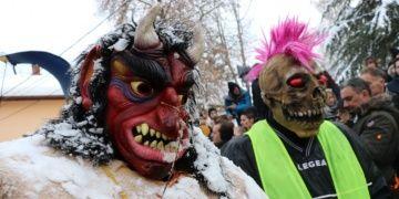1400 yıllık Vevçani Karnavalı renkli görüntülere sahne oldu