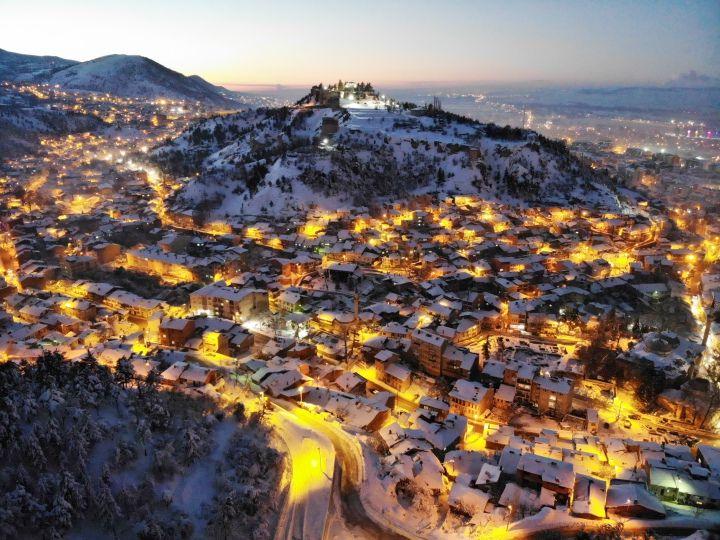 Tarihi Kütahya Kalesi kar altında kaldı böyle oldu