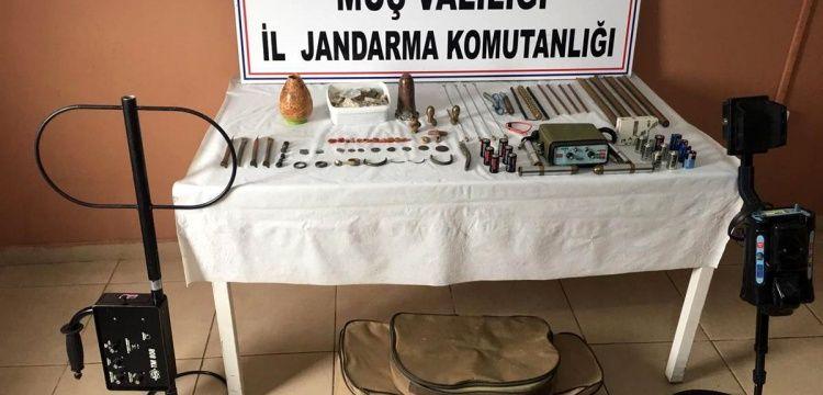 Jandarma ekipleri Muş'ta çok sayıda tarihi eser ve 3 dedektör yakaladı