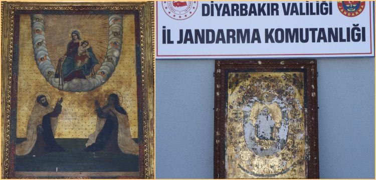Diyarbakır'da 5 kişi altın işlemeli iki tablo ile birlikte yakalandı