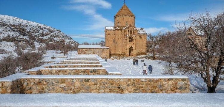 Akdamar Adası ve Akdamar Kilisesi kışın da turistleri cezbediyor