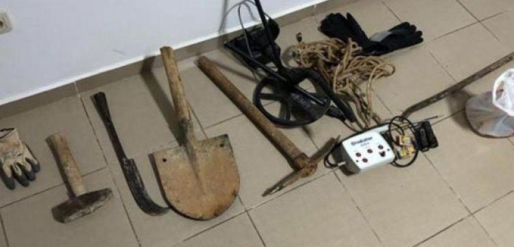 Buldan'da sit alanını kazan defineci dedektörüyle birlikte yakalandı