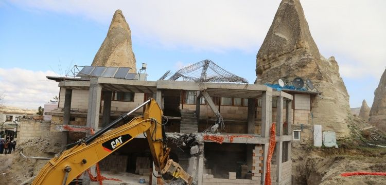 Peri Bacaları arasına yapılan kaçak otel inşaatı yıkıldı