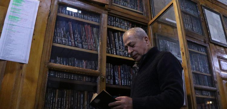 Raşit Efendi Yazma Eserler Kütüphanesinin dolapları katran ağacından