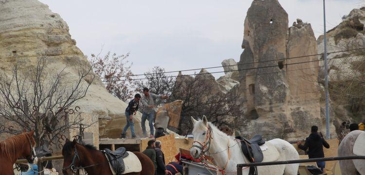 Kapadokya'da peribacaları yakınındaki kaçak yapılarda yıkım sürüyor