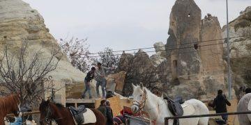 Kapadokyada peribacaları yakınındaki kaçak yapılarda yıkım sürüyor