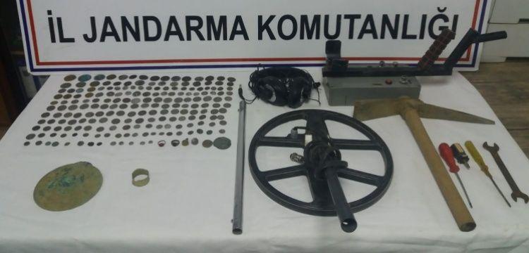 İzmir'de bir definecinin aracında 193 sikke, 2 yüzük ve 4 mühür yakalandı