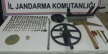 İzmirde bir definecinin aracında 193 sikke, 2 yüzük ve 4 mühür yakalandı