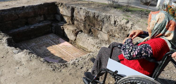 Anavarza Antik Kentinin emekli bekçisi Hatun Dilciye vefa plaketi