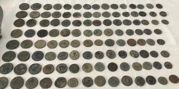 Mersinde bir araçta Roma dönemine ait 115 sikke yakalandı