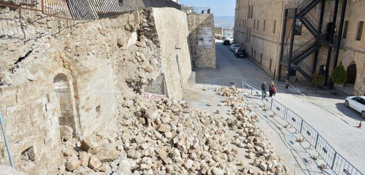 Mardinde çöken istinat duvarının altından tarihi mescit ortaya çıktı