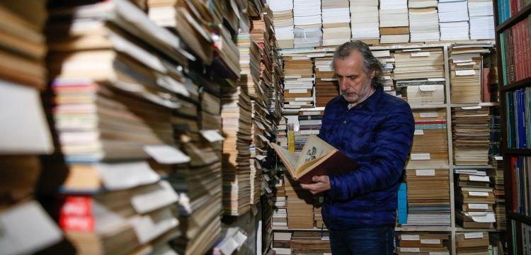İzmirli koleksiyoner 50 yıldır topladığı binlerce kitabına kütüphane arıyor