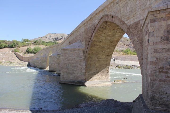 Palu'nun yaşı bilinmeyen 10 gözlü tarihi köprüsü