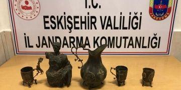 Eskişehirde tarihi eser olduğu sanılan bronz ve sürahi ile bardaklar yakalandı
