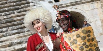 32 ülkenin modelleri Aspendos antik kentinden barış mesajı verdi