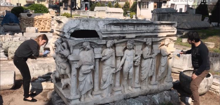 İznik Arkeoloji Müzesi bahçesinde boya bulaşan lahit temizlendi