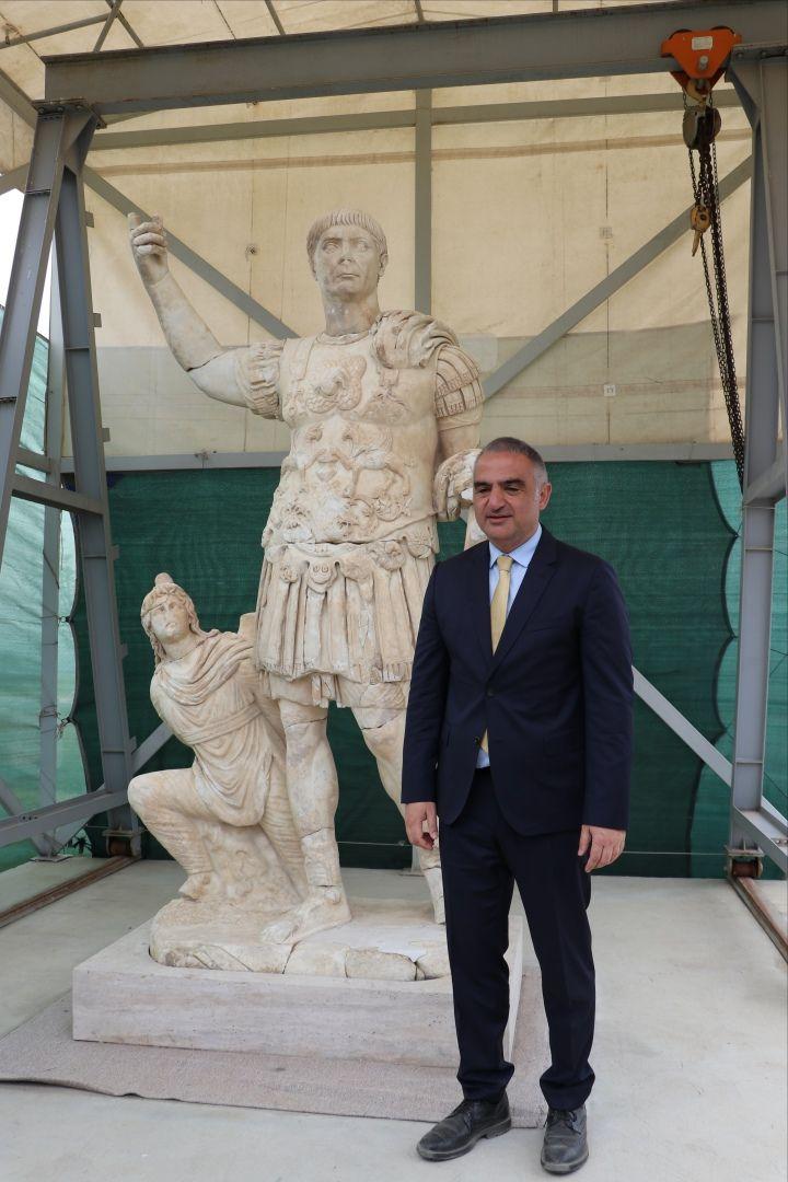 Laodikya'da 3 metrelik eşsiz Roma devri heykeli bulundu