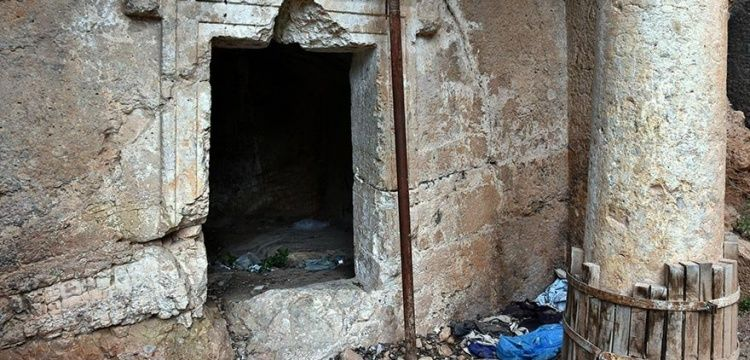 Muğla Kaya Mezarlarının çöplük gibi kullanılması tepki çekiyor
