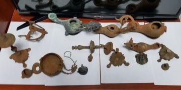 Adanada bir araçta antika görünümlü 16 parça eser yakalandı