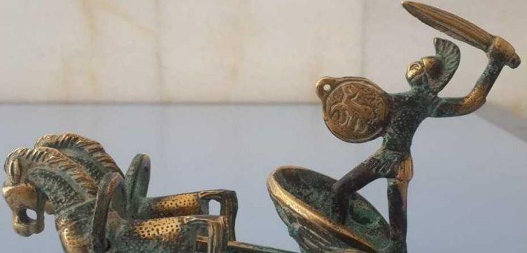 Tarihi eser olduğu sanılan gladyatör figürlü at arabası heykeli yakalandı
