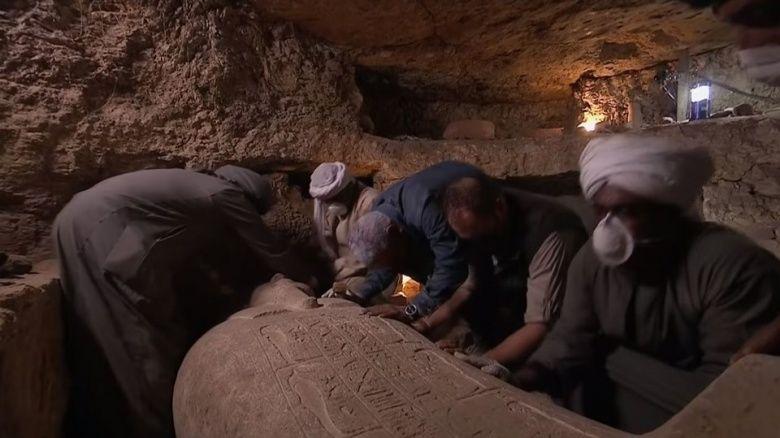 Mısır'da ilk kez bir mumya mezarının açılışı TV'den canlı yayınlandı