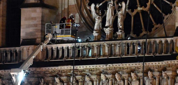 Notre Dame Katedrali'ndeki yangın yaklaşık 8,5 saatte söndürülebildi