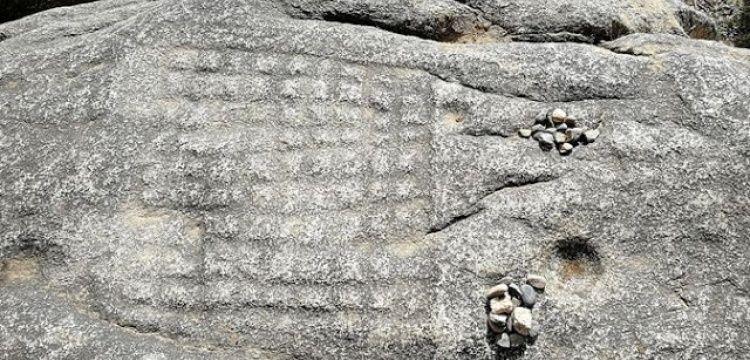 Tibet'te kayalara oyulmuş 1200 yıllık satranç tahtası keşfedildi