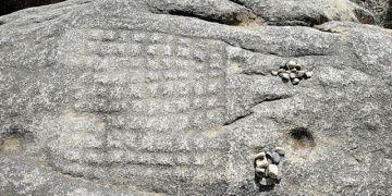 Tibette kayalara oyulmuş 1200 yıllık satranç tahtası keşfedildi