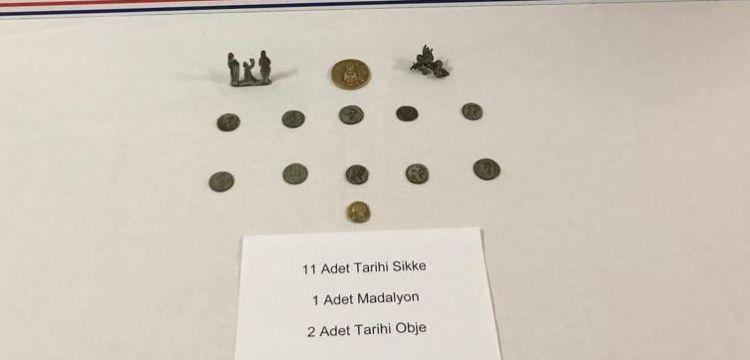 Safranbolu'da bir araçta 11 sikke, madalyon ve 2 heykel yakalandı