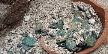 Arkeologlar Parion antik kentinde sikke dolu kırık testi buldu