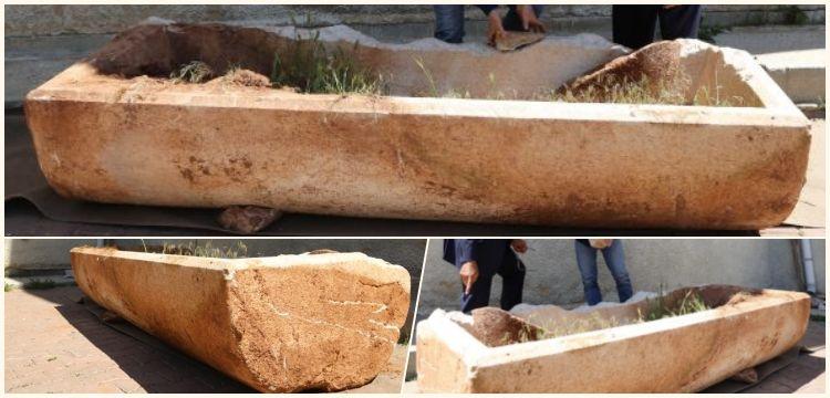 Nevşehir'de bir tarlada kapağı kırık mermer lahit bulundu